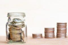 Muntstuk in de poolwaaier van glasandthree van muntstukken op wijnoogst vage bedelaars stock afbeeldingen
