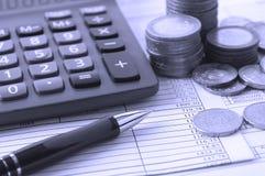 Muntstuk, een calculator, een pen op de handelspapieren Royalty-vrije Stock Afbeelding