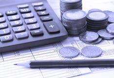 Muntstuk, een calculator, een pen op de handelspapieren Royalty-vrije Stock Fotografie