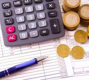 Muntstuk, een calculator, een pen op de handelspapieren Royalty-vrije Stock Foto