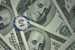 muntstuk met dollarteken met nationale vlag van Belize op de de bankbiljettenachtergrond van het dollargeld Stock Fotografie