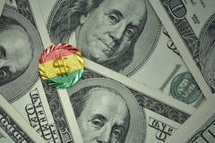 muntstuk met dollarteken met nationale vlag van Bolivië op de de bankbiljettenachtergrond van het dollargeld Stock Foto