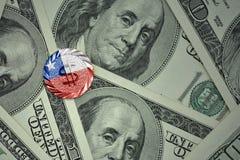 muntstuk met dollarteken met nationale vlag van Chili op de de bankbiljettenachtergrond van het dollargeld Royalty-vrije Stock Foto's