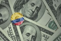 muntstuk met dollarteken met nationale vlag van Colombia op de de bankbiljettenachtergrond van het dollargeld Stock Fotografie