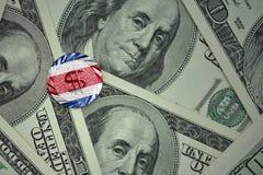 muntstuk met dollarteken met nationale vlag van Costa Rica op de de bankbiljettenachtergrond van het dollargeld Royalty-vrije Stock Fotografie