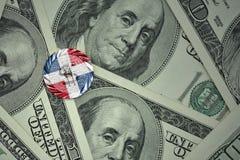 muntstuk met dollarteken met nationale vlag van Dominicaanse republiek op de de bankbiljettenachtergrond van het dollargeld Royalty-vrije Stock Afbeelding