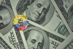 muntstuk met dollarteken met nationale vlag van Ecuador op de de bankbiljettenachtergrond van het dollargeld Royalty-vrije Stock Foto's