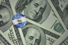 muntstuk met dollarteken met nationale vlag van El Salvador op de de bankbiljettenachtergrond van het dollargeld Stock Fotografie