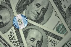 muntstuk met dollarteken met nationale vlag van Guatemala op de de bankbiljettenachtergrond van het dollargeld Stock Foto