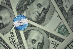 muntstuk met dollarteken met nationale vlag van Honduras op de de bankbiljettenachtergrond van het dollargeld Stock Afbeelding