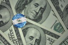 muntstuk met dollarteken met nationale vlag van Nicaragua op de de bankbiljettenachtergrond van het dollargeld Stock Afbeeldingen