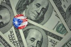 muntstuk met dollarteken met nationale vlag van Puerto Rico op de de bankbiljettenachtergrond van het dollargeld Royalty-vrije Stock Foto's
