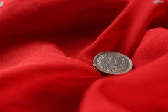 Muntstuk op rode achtergrond Royalty-vrije Stock Fotografie