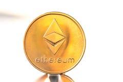 Muntstuk van de Ethereum het gouden kleur met zonsondergang witte achtergrond Cryptocurrency virtueel muntstuk Stock Fotografie