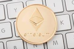 Muntstuk van Ethereum het gouden cryptocurrency op toetsenbord Stock Fotografie