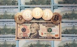 Muntstukken bitcoin, is er geld, op de lijst een rekening van 10 dollars De bankbiljetten worden uitgespreid op de lijst in los Royalty-vrije Stock Foto's