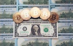 Muntstukken bitcoin, is er geld, op de rekeningslijst een dollar De bankbiljetten worden uitgespreid uit op de lijst in een vrije Stock Afbeelding