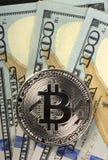 Muntstukken bitcoin op een achtergrond van 100 Amerikaanse dollar close-ups Royalty-vrije Stock Foto's