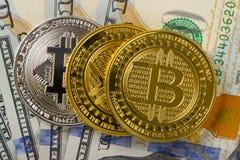 Muntstukken bitcoin op een achtergrond van 100 Amerikaanse dollar close-ups Stock Afbeeldingen