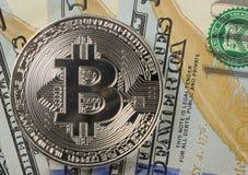 Muntstukken bitcoin op een achtergrond van 100 Amerikaanse dollar close-ups Stock Afbeelding