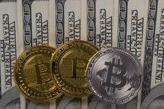 Muntstukken bitcoin op een achtergrond van 100 Amerikaanse dollar close-ups Royalty-vrije Stock Fotografie