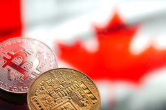 Muntstukken Bitcoin, tegen de achtergrond van de vlag van Canada, concept van stock foto