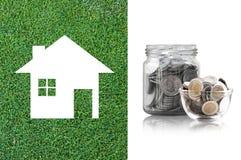 Muntstukken in een glaskruik het kopen van een nieuw huis - besparingsgeld voor toekomstig concept Royalty-vrije Stock Afbeelding