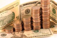 Muntstukken en contant geld stock foto's