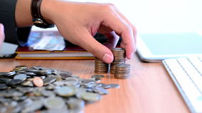 Muntstukken en de input van het zakenman de tellende geld aan stapel op lijst stock videobeelden