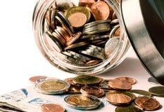 Muntstukken in glasfles en bankbiljet: Concept voor suc stock afbeeldingen