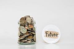 Muntstukken in glaskruik, die geld voor Toekomst besparen stock afbeelding