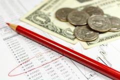 Muntstukken met Amerikaanse dollarsbankbiljetten en rood potlood op de achtergrond van lijst van wisselkoersen Nadruk in de tekst Royalty-vrije Stock Fotografie
