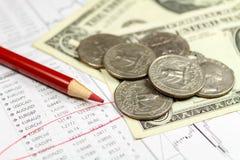 Muntstukken met Amerikaanse dollarsbankbiljetten en rood potlood op de achtergrond van lijst van wisselkoersen Nadruk op het potl Stock Afbeelding