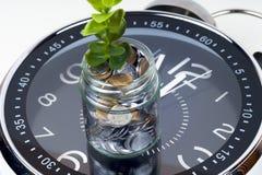 Muntstukken met installatie en klok, op witte achtergrond 3d illustratie op witte achtergrond Stock Foto
