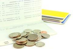 Muntstukken op rekeningsbankboekje en velen de achtergrond van het rekeningsbankboekje, Stock Afbeeldingen