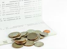 Muntstukken op rekeningsbankboekje, Thais bad Stock Foto's