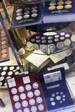Muntstukken op teller bij numismatiekopslag Royalty-vrije Stock Afbeeldingen