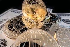 Muntstukken van bitcoin op dollarnota's royalty-vrije stock afbeeldingen