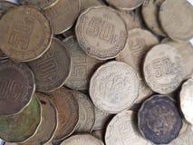 muntstukken van 50 centen van Mexicaanse peso's, besparingen en inzameling royalty-vrije stock afbeeldingen