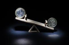 17 03 067 Muntstukken van de euro en een pond op een houten schommeling Het huis van A Stock Foto