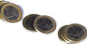 Muntstukken van 1 Euros Falling tegen Witte Achtergrond, stock footage