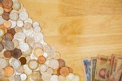 Muntstukken van het UK met Buitenlandse Bankbiljetten op een Lijst stock fotografie