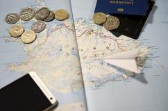 Muntstukken van IJsland, het vliegtuig, smartphone, het biometrische paspoort, de dollars, de muntstukken en de creditcards royalty-vrije stock foto's
