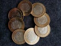 muntstukken van tien Mexicaanse peso's, achtergrond en textuur Royalty-vrije Stock Afbeelding