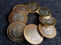 muntstukken van tien Mexicaanse peso's die een cirkel, een achtergrond en een textuur vormen Royalty-vrije Stock Fotografie