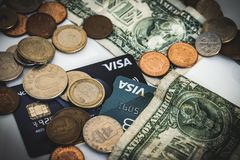 Muntstukken, visum en dollarrekeningen, geldconcept royalty-vrije stock afbeeldingen