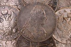 Muntstukken zilveren roebel als achtergrond 1729 de Autocraat van de Keizerpetrus ii romanus van Rusland van al Rusland Stock Foto