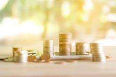 Muntstukkenstapel muntstukken die geld en inkomens of investeringsideeën en financieel beheer voor de toekomst bewaren stock foto's