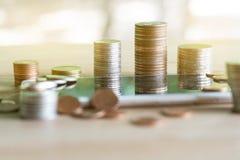 Muntstukkenstapel muntstukken die geld en inkomens of investeringsideeën en financieel beheer voor de toekomst bewaren stock afbeelding