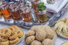 Muntthee en koekjes stock foto's